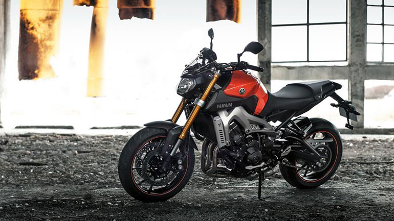 2014-Yamaha-MT-09-EU-Blazing-Orange-AccessorizedStatic-002